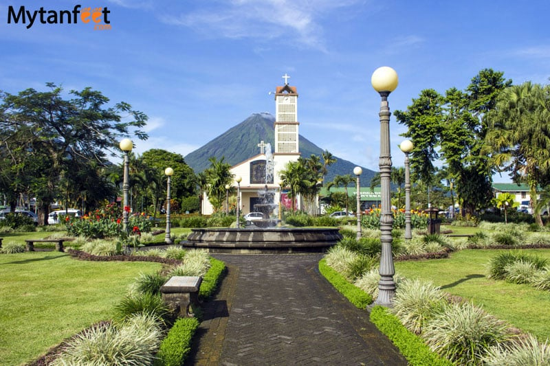 La Fortuna, Costa Rica: Park, church and volcano view