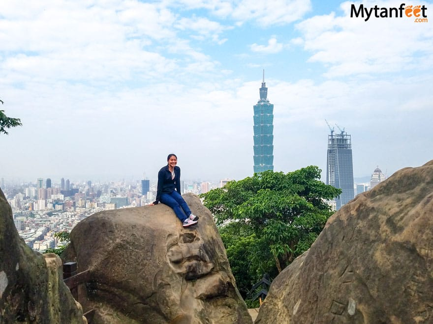 Hiking Elephant Mountain in Taipei - boulder view point