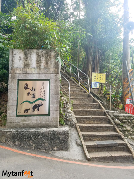 Hiking Elephant Mountain in Taipei - trail head