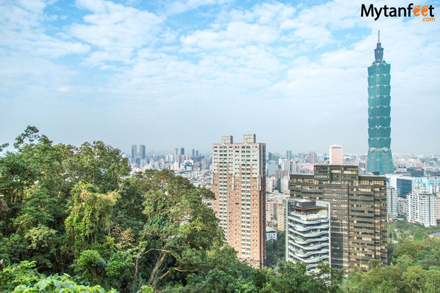 Hiking Elephant Mountain in Taipei - view of Taipei from the platform